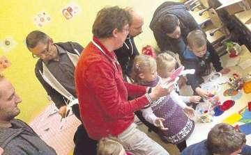Väter und Kinder basteln Laternen