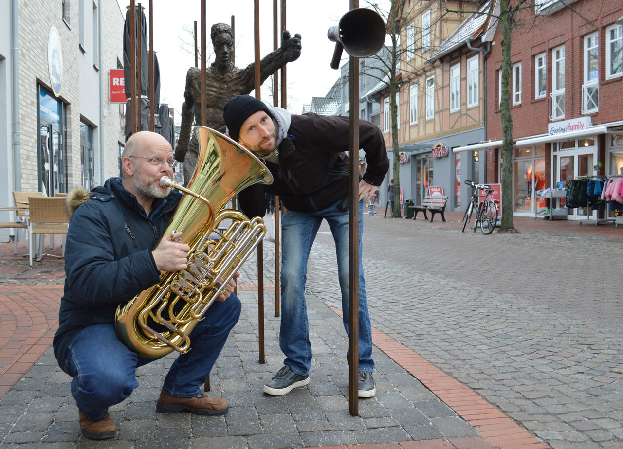 Die Musiker Ralf Linders (links) und Benjamin Faber nehmen sich selbst nicht zu ernst. Beide wagen mit der Blechblasgruppe