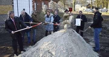 Gemeinde Reeßum feiert ersten Spatenstich für Mehrzweckgebäude in Ortszentrum  Von Andreas Schultz