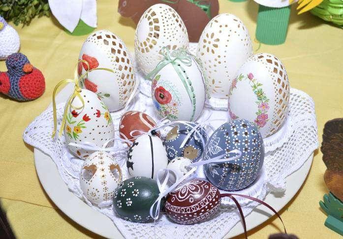 Frbenfrohe Eierarbeiten mit teils komplizierten Handarbeiten gehören zum Sortiment.
