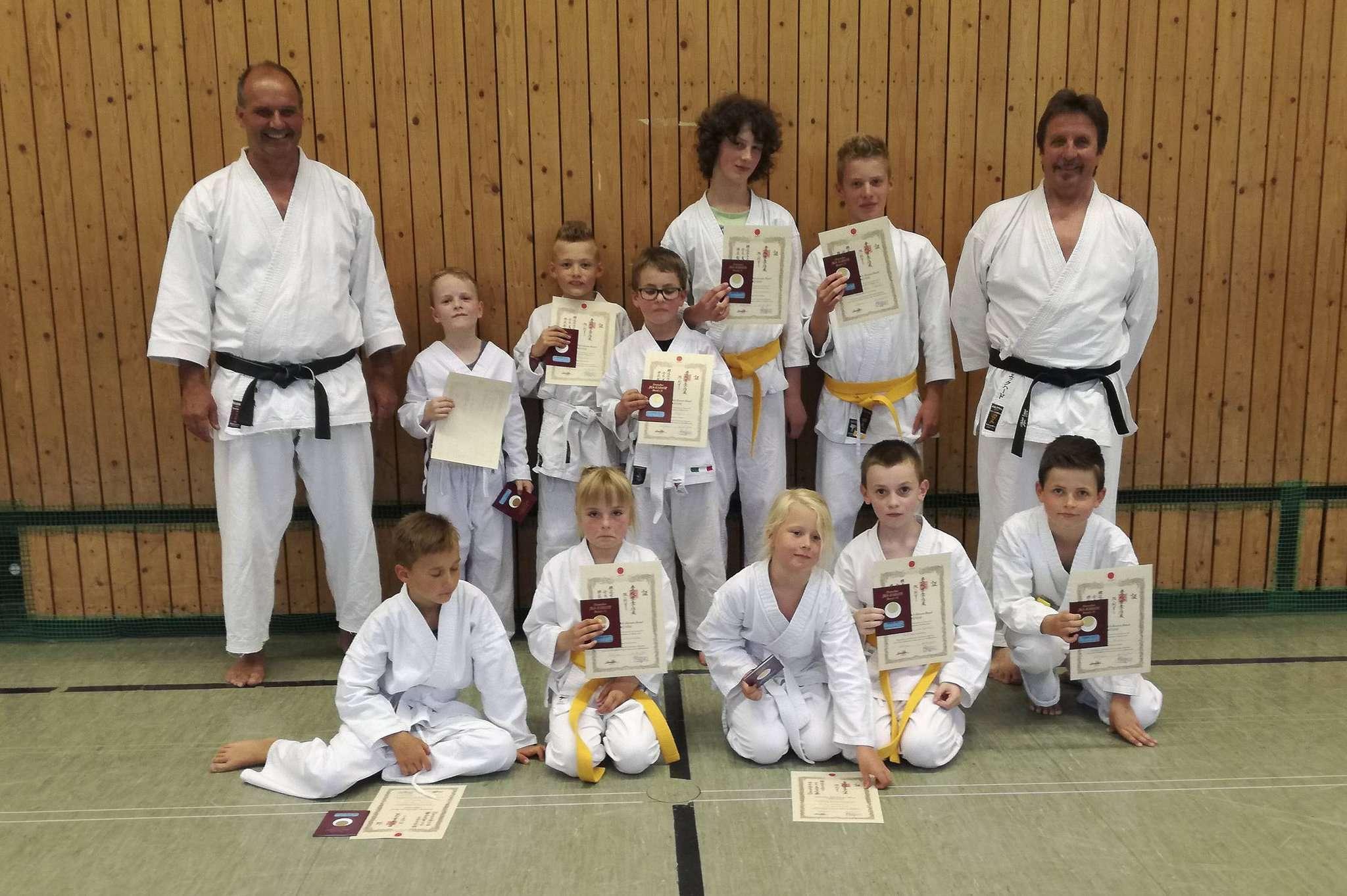 Erschöpft, aber fröhlich: Die jungen Judoka bestanden ihre erste Gürtelprüfung, die Trainer sind stolz.