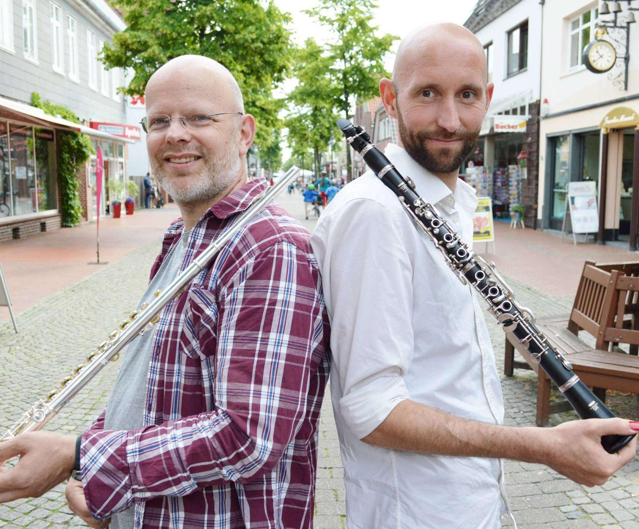 Klarinette und Querflöte, geschultert und bereit: Das sind nur zwei der Instrumente, die Ralf Linders (links) und Benjamin Faber noch im Ensemble von
