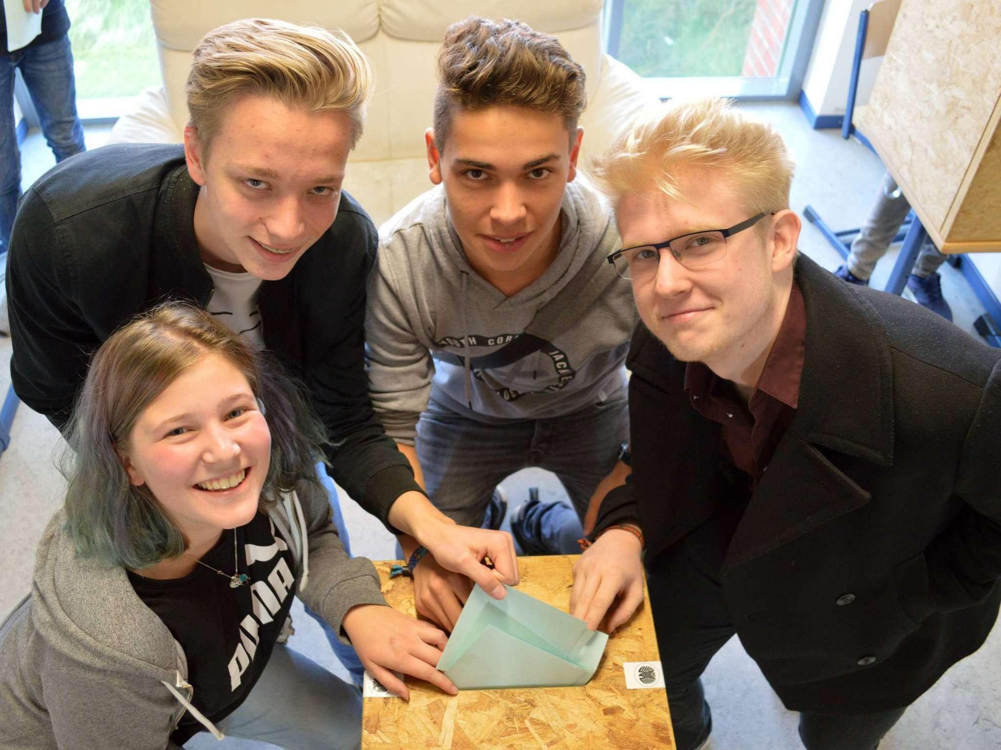 Der Stimmzettel kommt in die Urne: Nur die Spitze des Eisbergs dessen, was die Schüler des Gymnasiums im Rahmen des Projekts