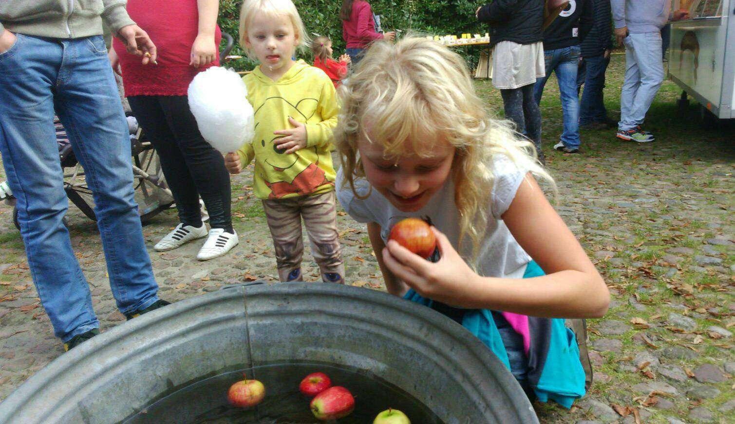 Das Tauchen nach der Frucht ist ein Klassiker u2013 und daher auch Teil des Programms beim Apfelfest.