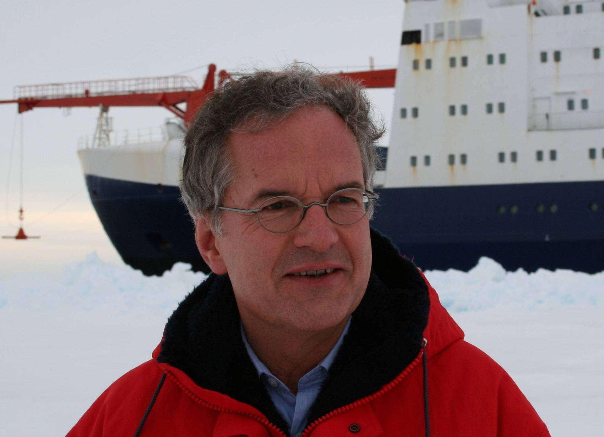 Peter Lemke, Leiter der Sektion Regionale Zirkulation in der Antarktis. Im Hintergrund liegt die Polarstern.