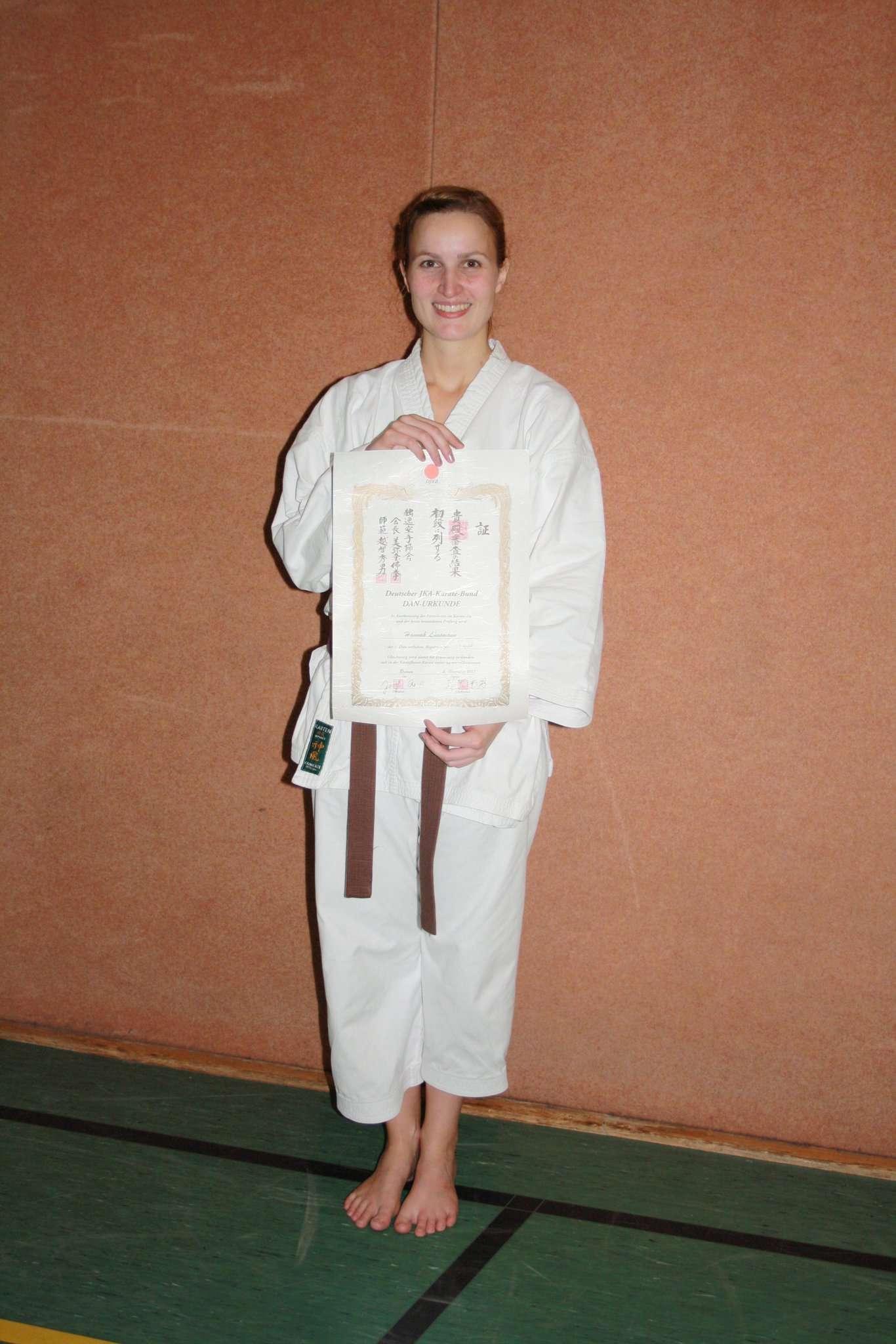 Hannah Lünsmann mit ihrer Prüfungsurkunde
