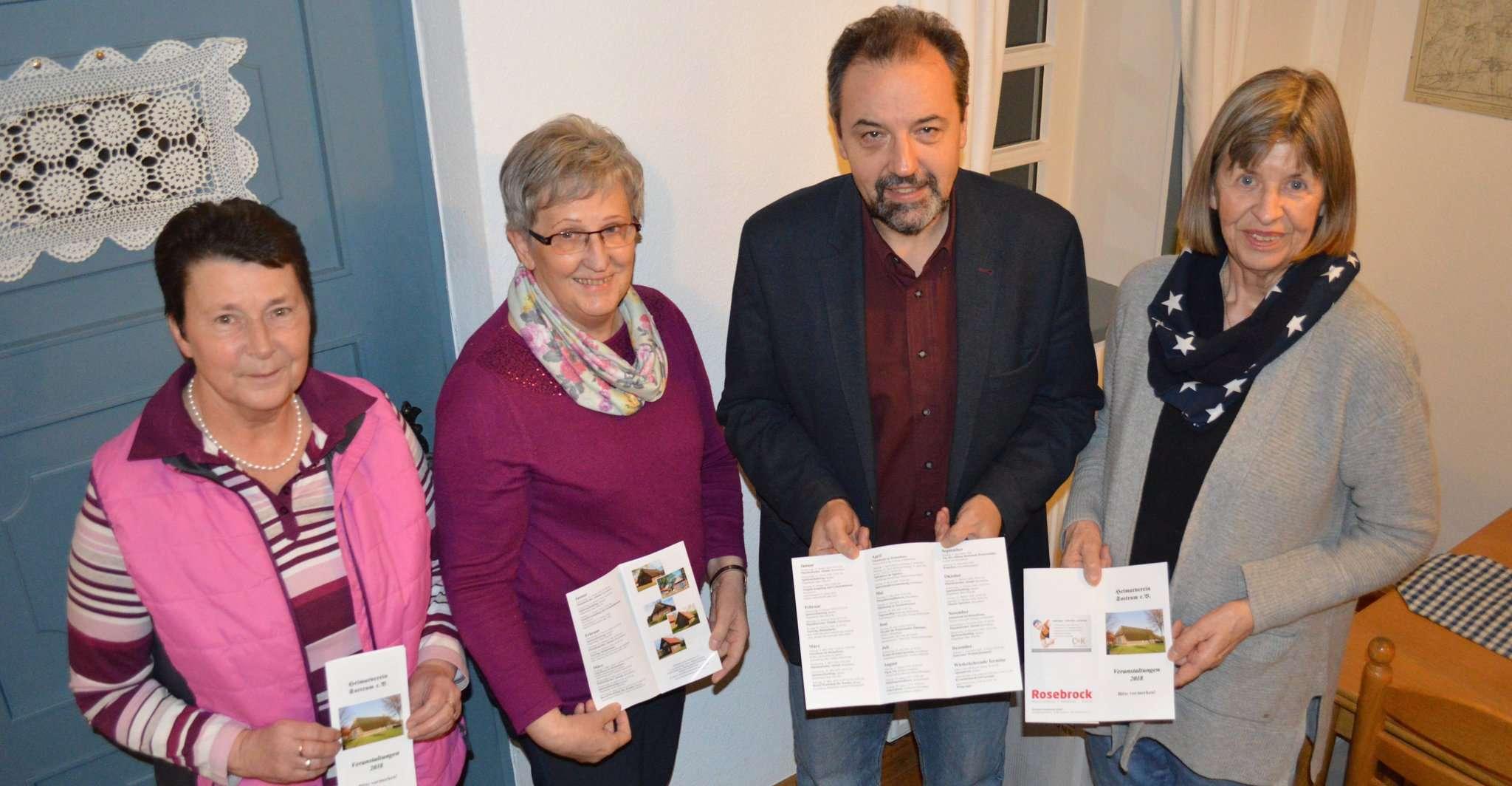 Ein Jahr auf einer DIN-A4-Seite: Ingrid Böhling (von links), Magret Humberg, Hans-Jürgen Krahn und Hanna Hildebrandt vom Heimatverein stellen das Veranstaltungsprogramm für das angebrochene Jahr vor.