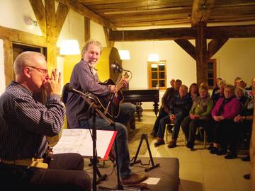 Plattdeutsches BluesDrama mit LarsLuis Linek und Wolfgang Timpe im Brockwischenhus  Von Janila Dierks