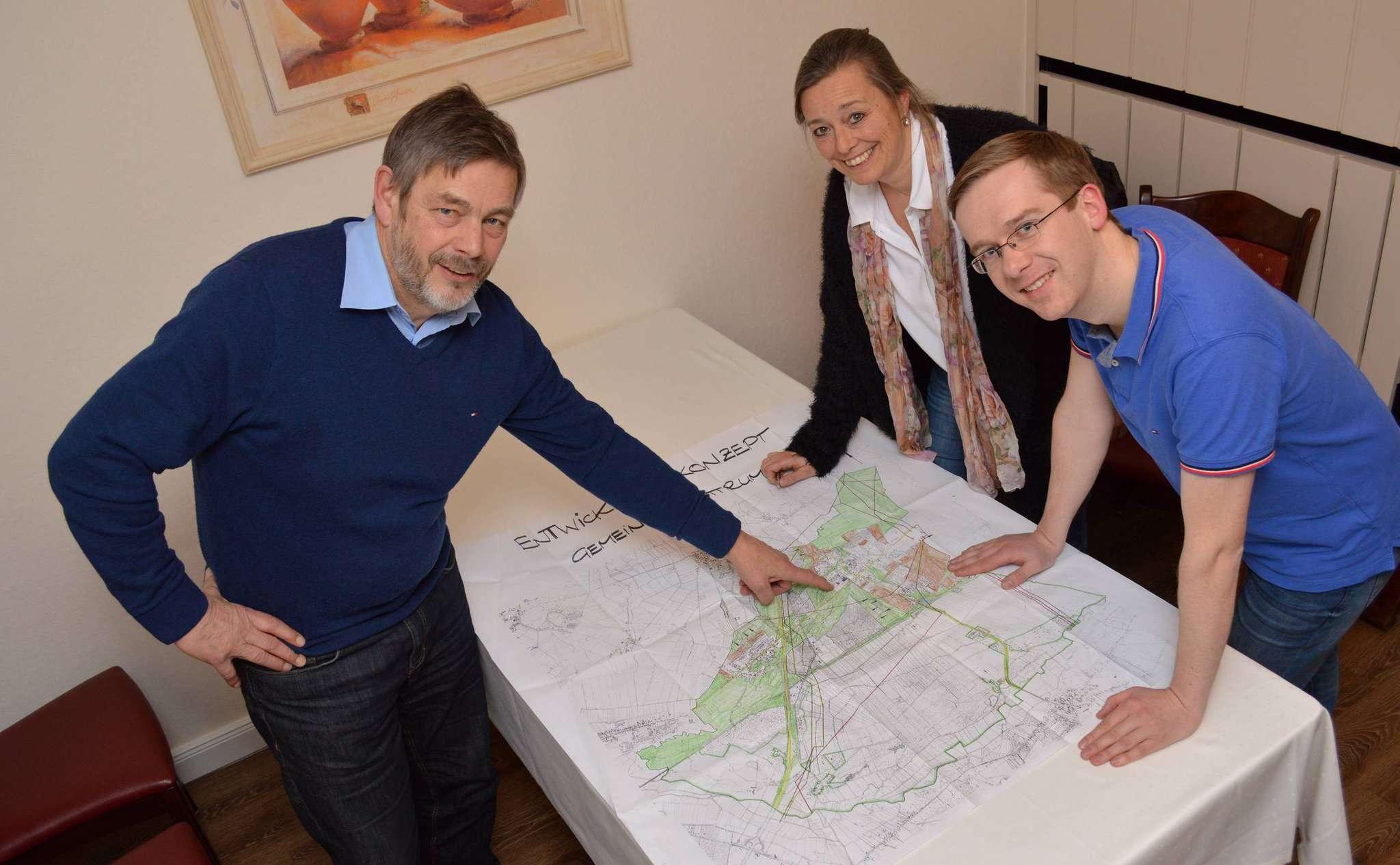 Lühr Klee (links), Marlis Musfeldt und Sven Plaschke erklären stellvertretend für die Sottrumer Grünen: Sottrum braucht einen Plan u2013 und mit einem Lageplan ist es nicht getan.