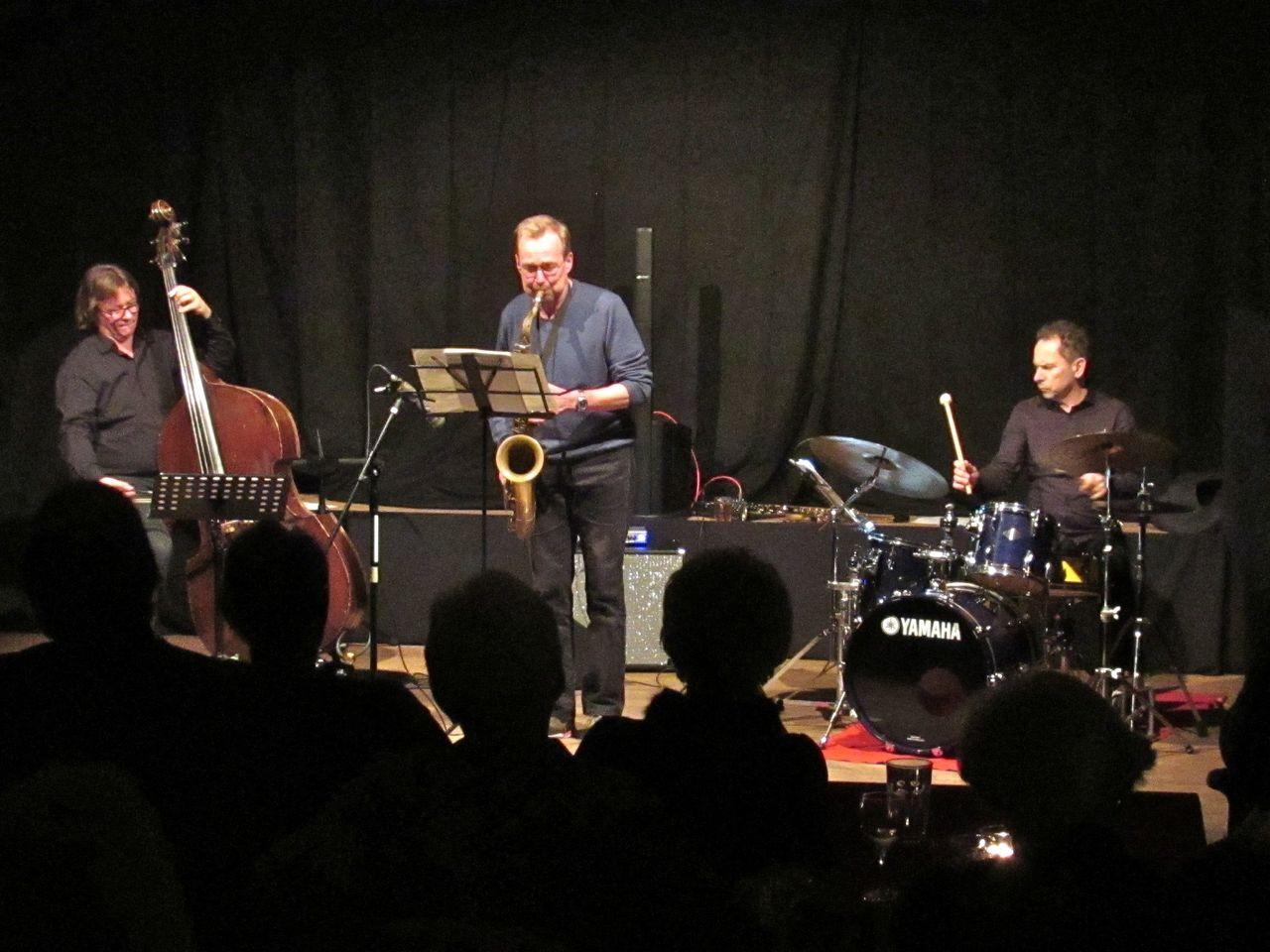 Klaus Fey (Saxofon), Wolfgang Ekholt (Schlagzeug) und David Jehn (Bass) ließen den Jazz im Heimat- und Kulturhaus aufleben.