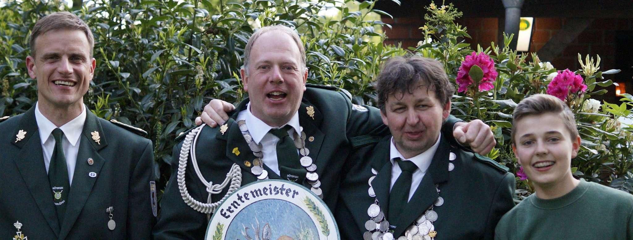 Vize-König Carsten Hoops (von links), Erntemeister Olaf Buthmann, König Jörg Böhnke und der Gewinner der Jugendehrenscheibe Christoph Meyer. Wer löst sie ab?