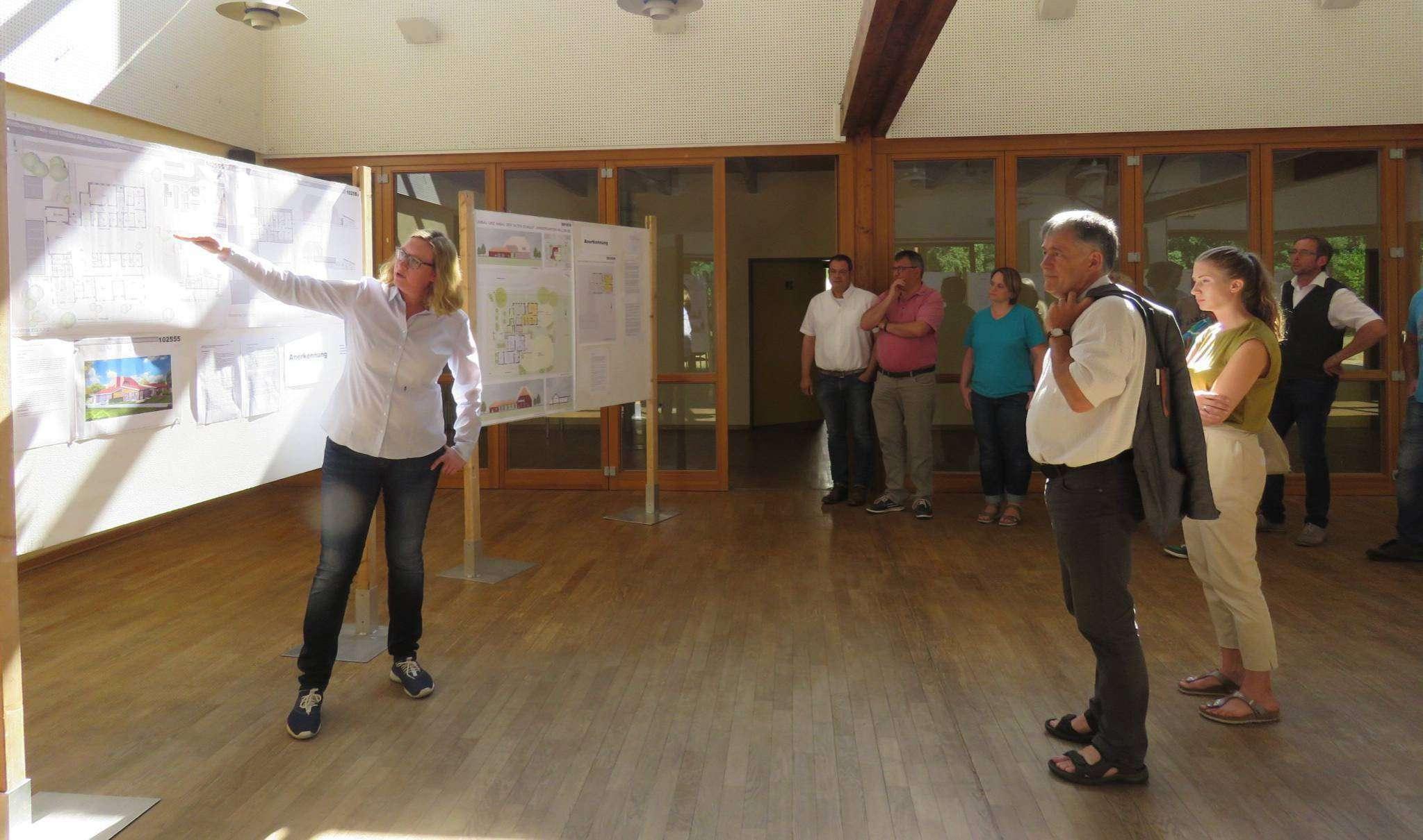 Maren Reer, Architektin aus Hassendorf, leitete die Arbeitsgruppe Kindergarten und erläuterte den Besuchern im Heimat- und Kulturhaus die Entwürfe der Planer.