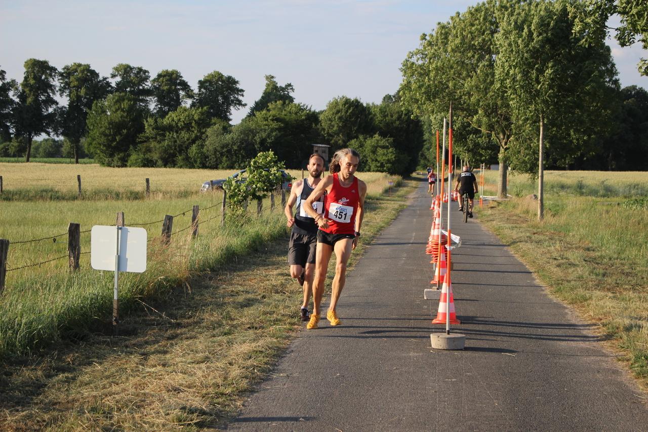 Der Gewinner des Zehn-Kilometer-Hauptlaufs Andreas Oberschilp (451) am Wendepunkt.