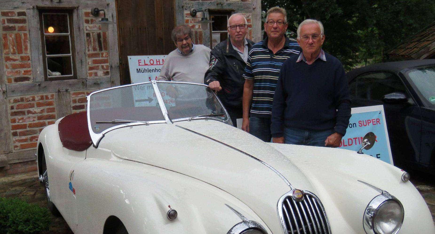 Ein Jaguar Cabrio von 1954 wird mit Sicherheit ein Hingucker bei der Mühlenhof-Autoschau sein. Erhard Thieß, Günter Wellbrock, Werner Pantel und Manfred Bröse ermöglichten einen Vorabblick darauf.