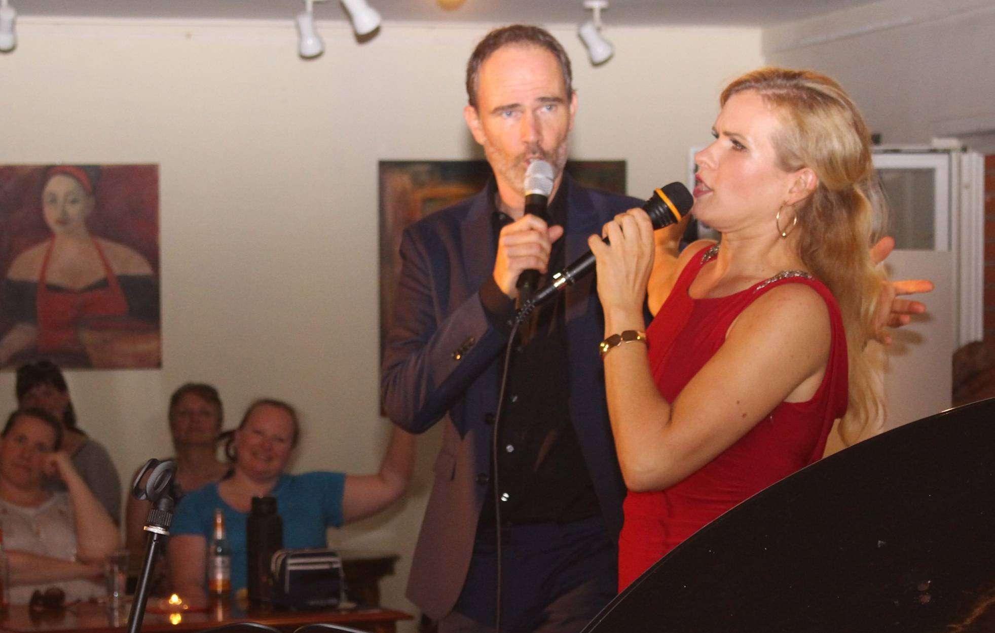 Navina Heyne und Thomas Borchert verstanden es, mit Herzblut die schönsten Duette der Musical-Geschichte auf die Bühne des Ahauser Kulturhofs zu bringen.