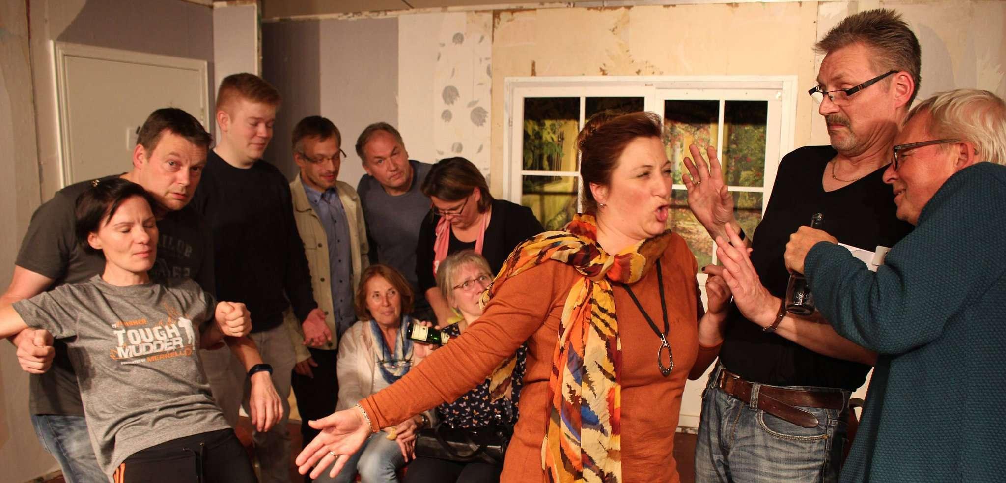Das Ensemble des TV Sottrum ist beim Proben nicht zimperlich: Maren Bischoffs ausdrucksstarke Backpfeife schlägt im nächsten Augenblick bei Jens Högermeyer und Andree Siemund-Scheffelmeier ein.