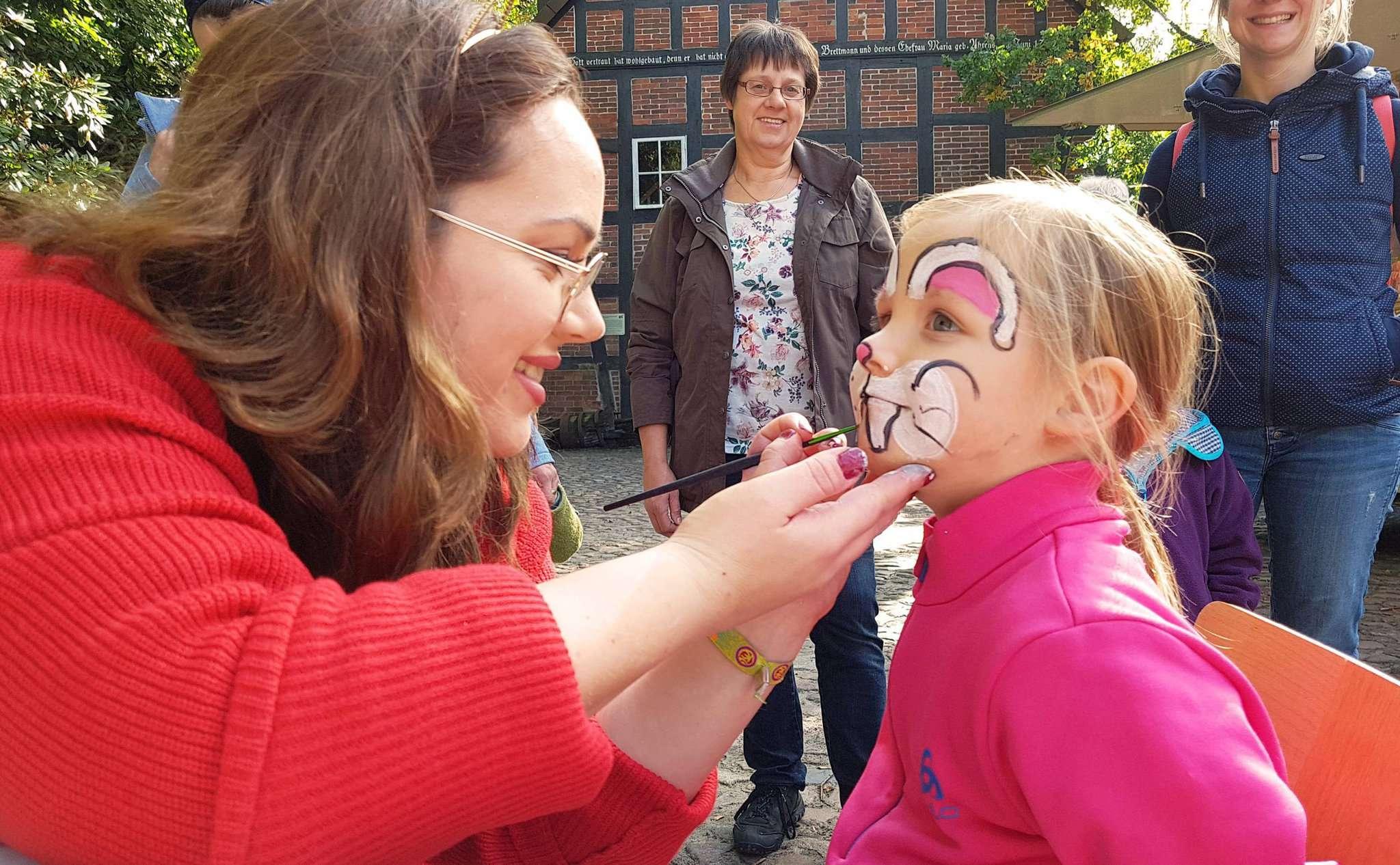 Melissa Hoffmann verwandelte die vierjährige Melina per Farb- einsatz in einen Hasen.