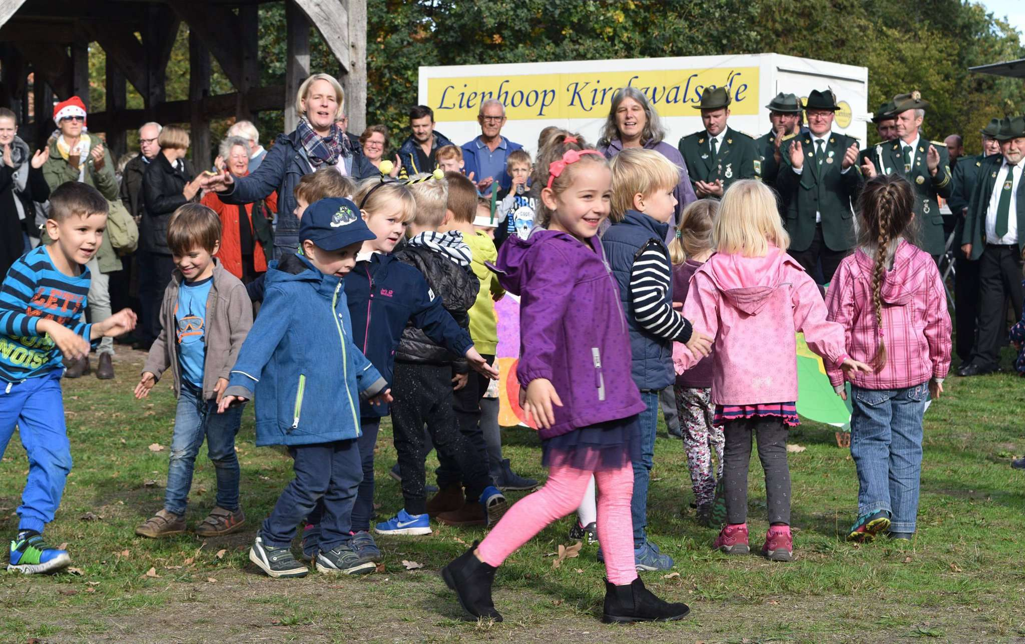 Für die Vorführung, die die kleinsten Besucher des Erntefests erarbeitet hatten, gab es viel Beifall.