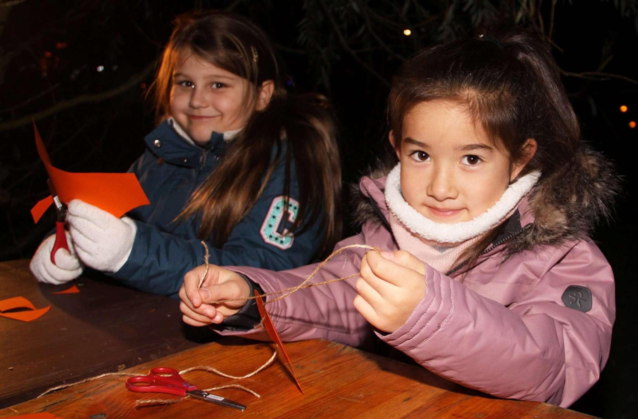 Viktoria und Lilly aus der Eichhörnchenklasse bastelten zusammen ihre Laufkarte für das Fest.