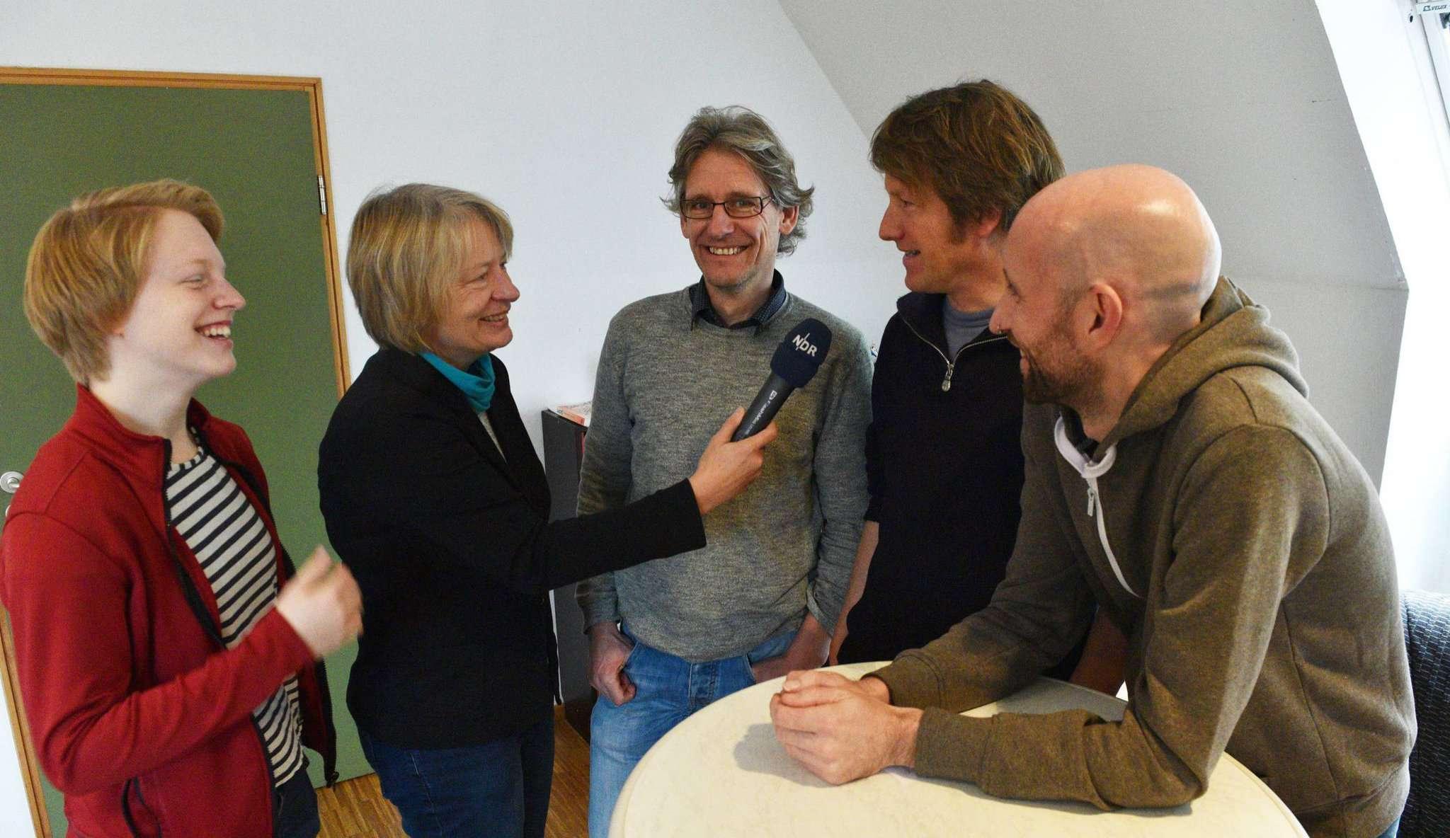 Wildes Blech im Radio: Trompeterin Carolyn Cordes (von links), NDR-Frau Maren Momsen, Pastor Dietmar Meyer, Saxofonist Götz Paschen und der Künstlerische Leiter Benjamin Faber haben Spaß bei den Aufnahmen.