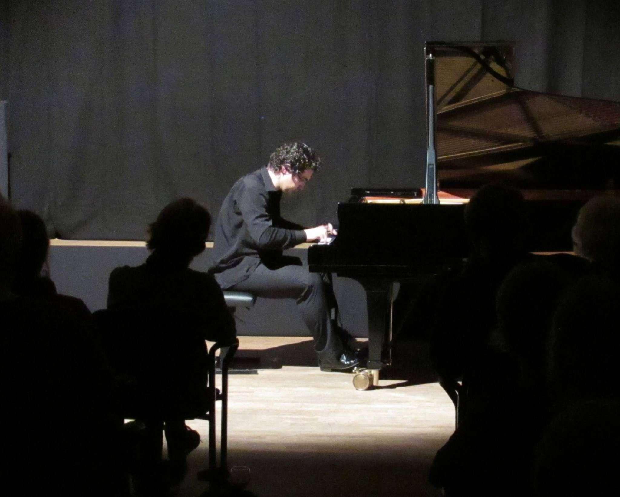Artem Yasynskyy spielte hingebungsvoll am Steinwayflügel und vereinnahmte das wie gebannt lauschende Publikum für sich.