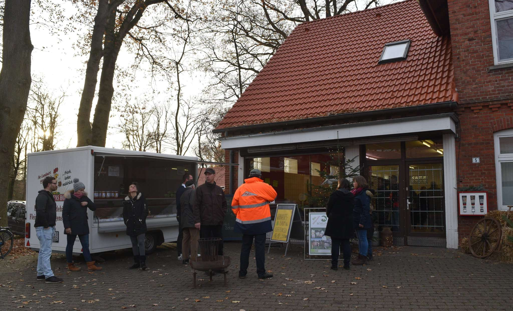 Bürger informieren sich in den potenziellen Geschäftsräumen über den Stand der Bemühungen, die wieder einen Lebensmittelladen und -punkt nach Bötersen bringen sollen.