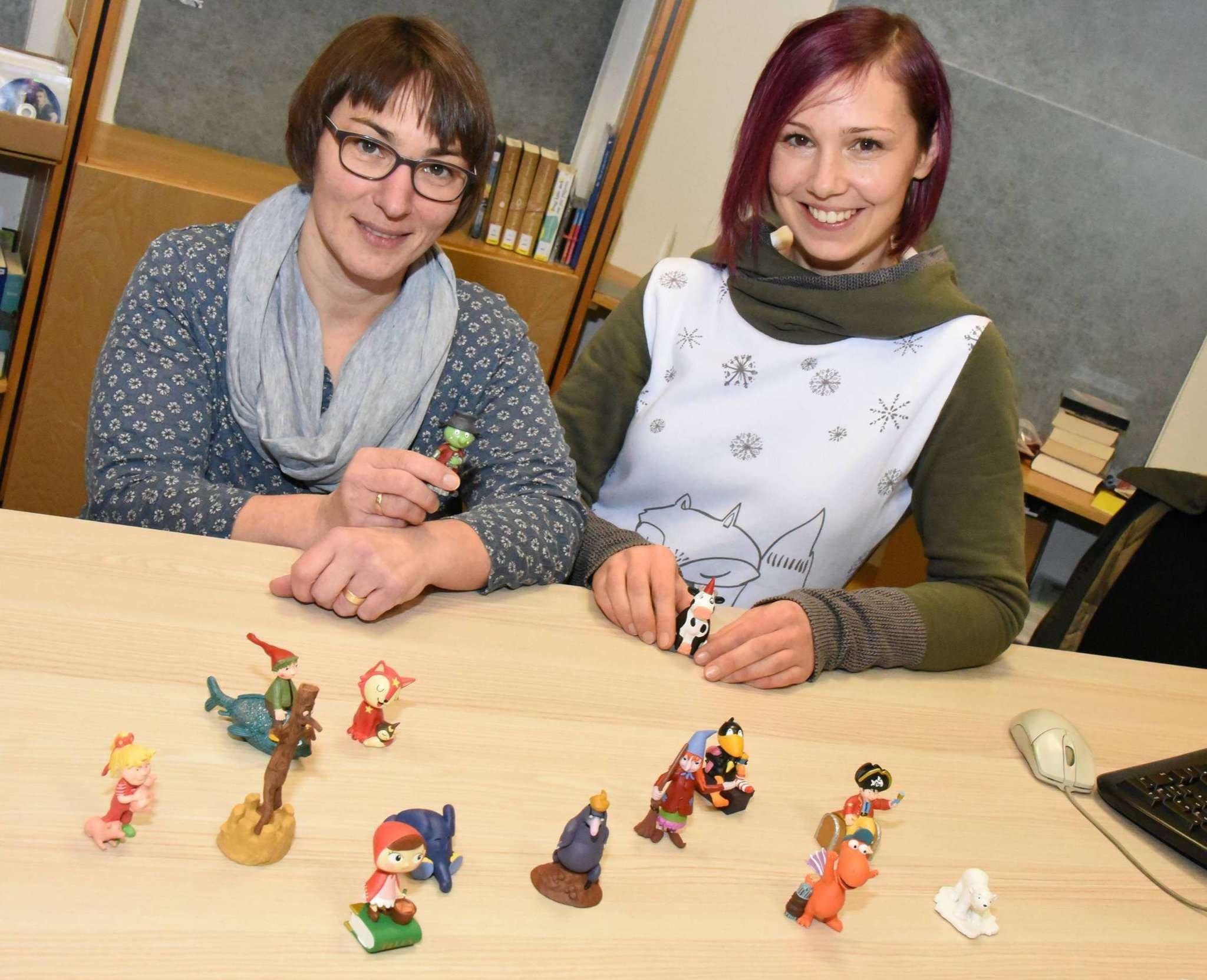 Bianca Wunder und Anja Thiede freuen sich über die neuen Tonies, die kleinen Kunden der Samtgemeindebücherei ein besonderes Hörspielerlebnis bieten sollen.