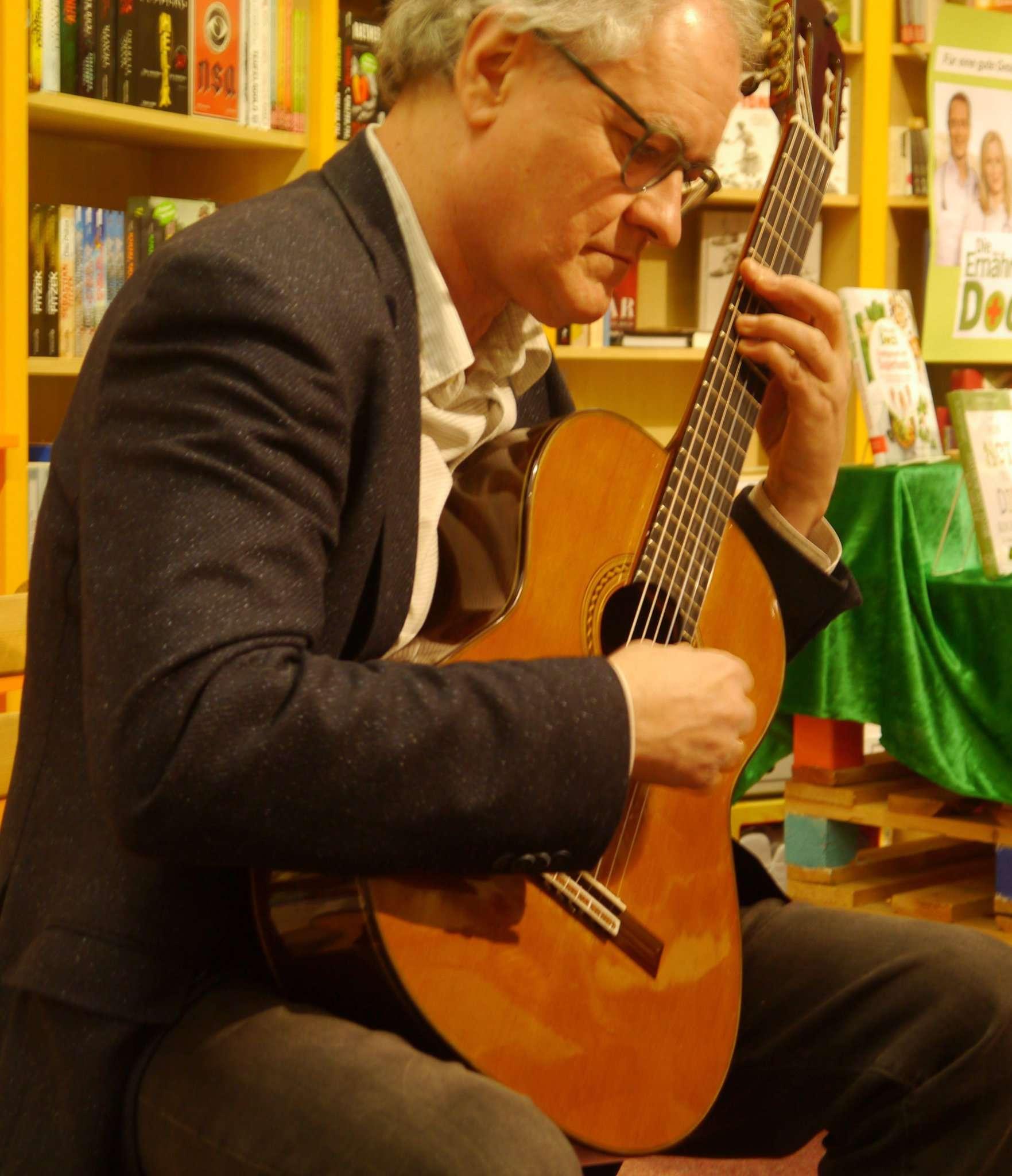 Thomas Brendgens-Mönkemeyer erfüllte die Buchhandlung mit warmen Klängen.