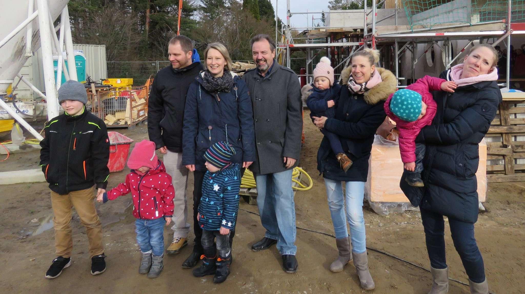 Daniela Brandt und Hans-Jürgen Krahn (Mitte) freuten sich mit Kindern und Eltern über den Baufortschritt.