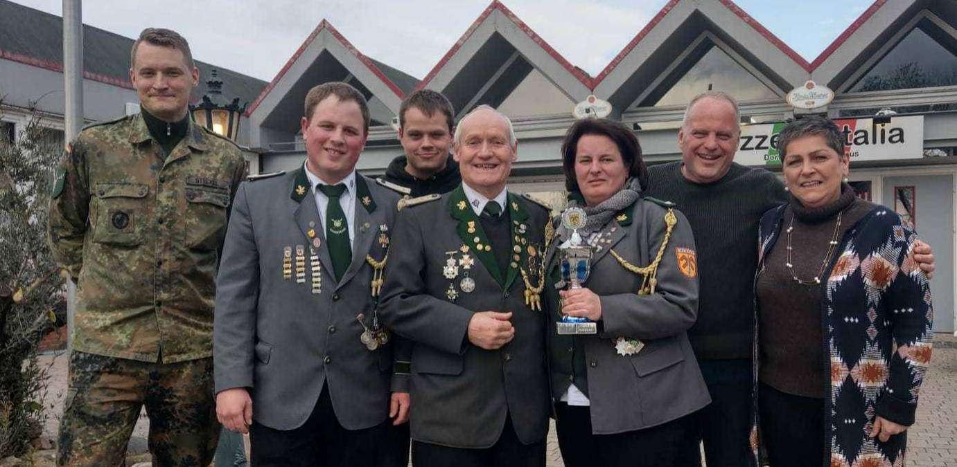 Die fröhlichen Preisträger des Anschießens in Hassendorf u2013 inklusive Vogelkönig Hinrich Buthmann (Mitte)