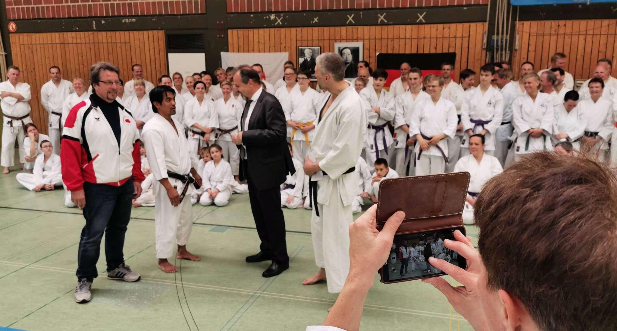 DJKB-Stützpunktleiter Julian Chees (Zweiter vorne von links) wurde in Sottrum von Eckhard Kreft (vorne links), Sottrums Bürgermeister Hans-Jürgen Krahn und Vorsitzendem Klaus Hüner (rechts) begrüßt.