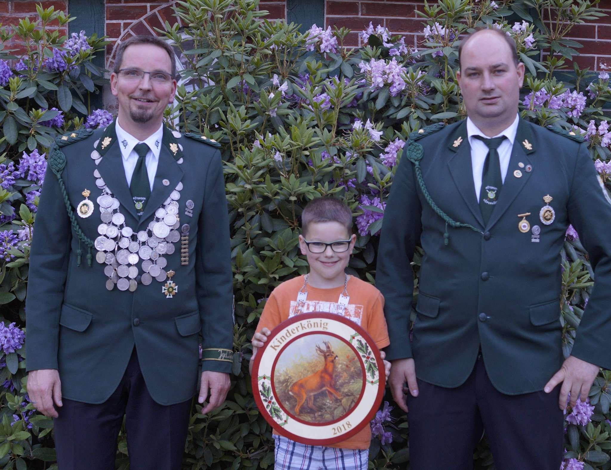 Schützenkönig Jörg Müller und Kinderkönig Justin Glitz mit dem Jugendwart Jürgen Cordes.