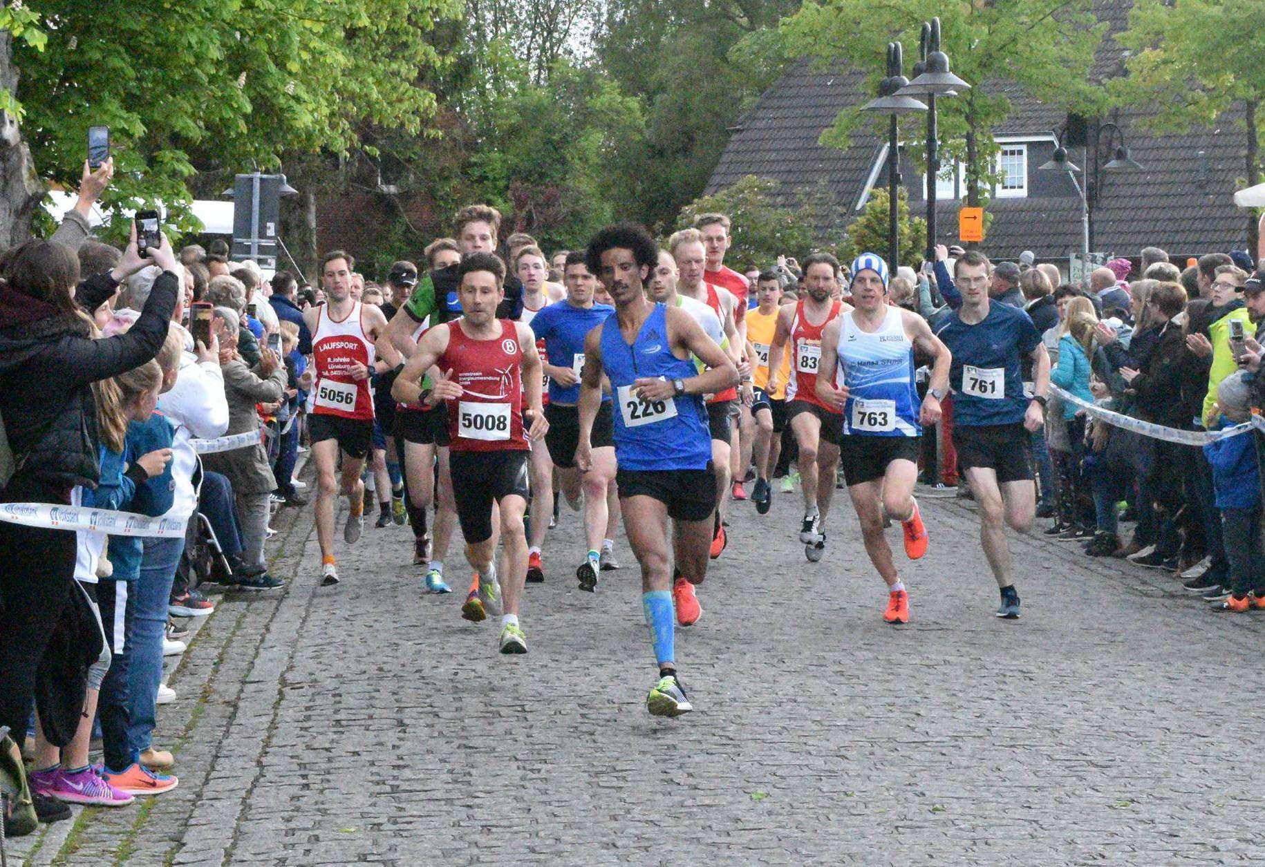 Früh lief Brhane Tsegay (vorne, Mitte) sich frei. Das zahlte sich aus, denn in der Konkurrenz um fünf Kilometer beim Sottrumer Abendlauf kam er als Erster durchs Ziel.