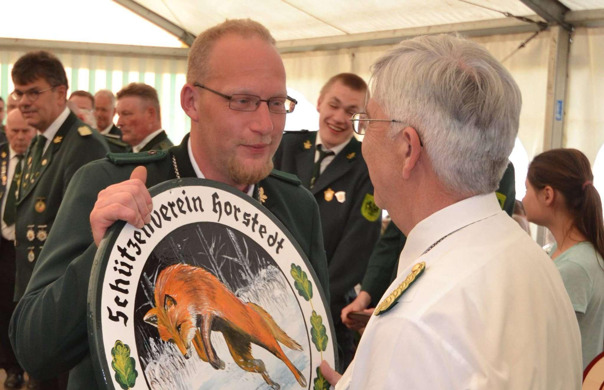 Vorsitzender Lothar Hoppe überreichte im vergangenen Jahr die Königsscheibe an Florian Ahlborn.