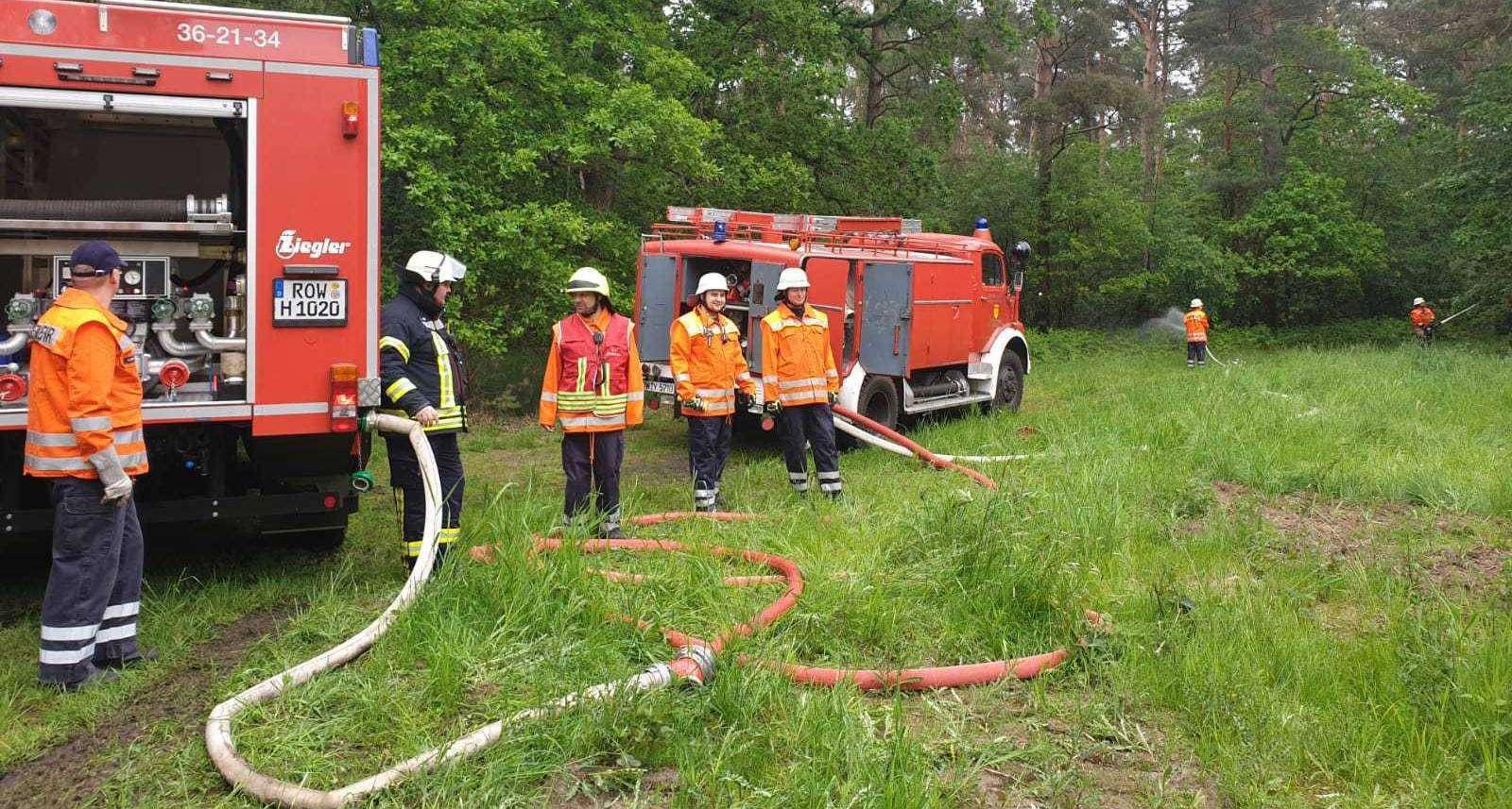 Die Wehren aus Hellwege und Bötersen direkt nach Übungsende: Es gibt viele neue Erkenntnisse zur Waldbrandbekämpfung.