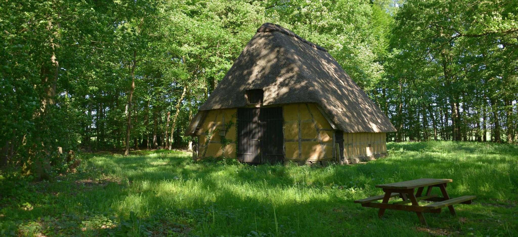 Der alte Schafstall gibt ein Zeugnis davon, dass es hier einst ausgedehnte Heideflächen gab. Foto: Joachim Looks