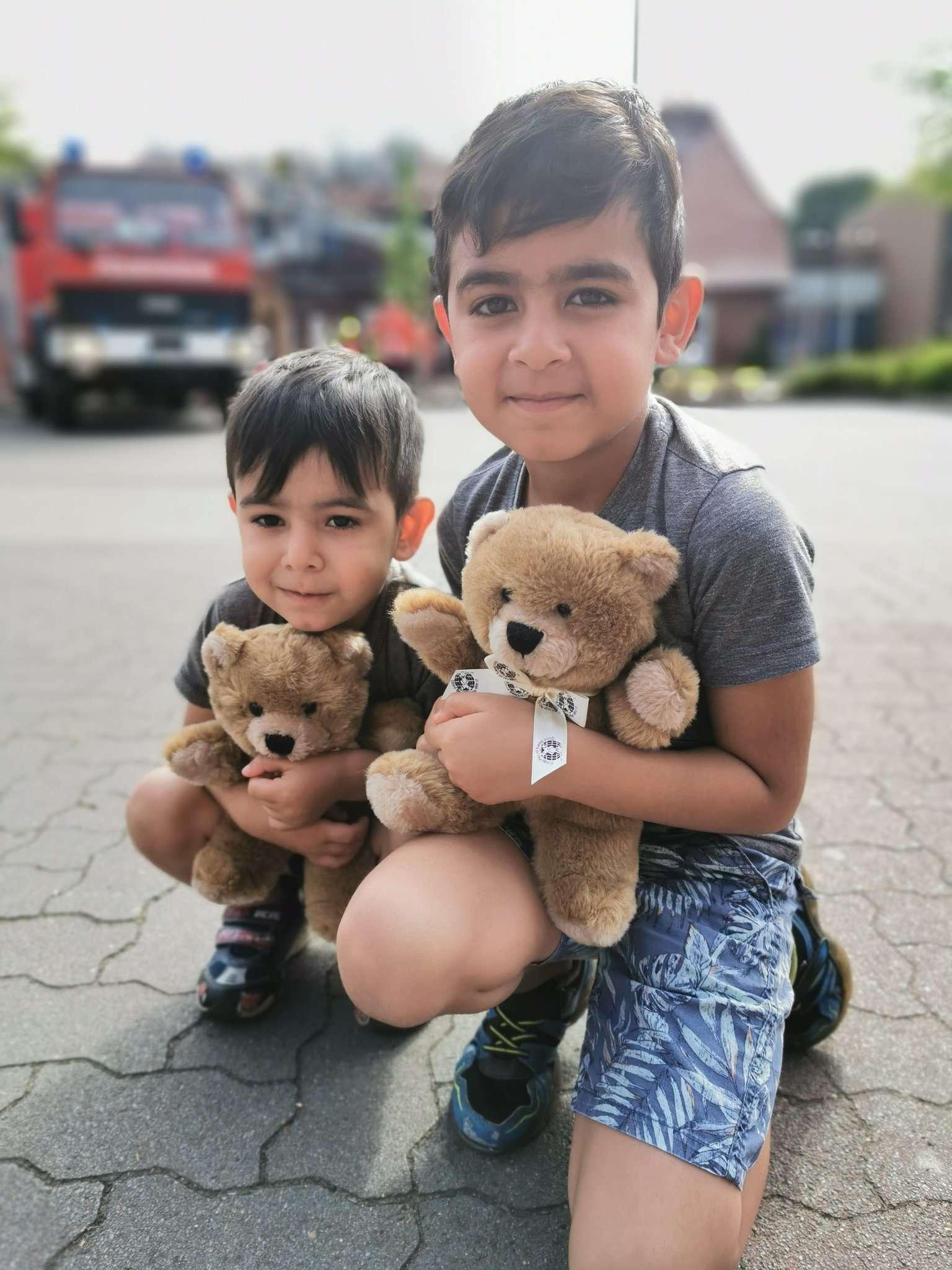 Yusuf (links) und Benyamin mit ihren neuen Teddybären