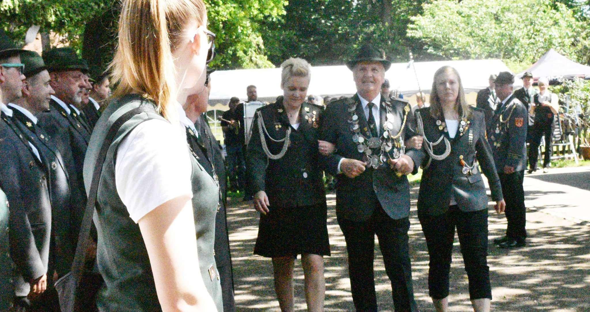 Schützenkönig Hermann Rugen schreitet mit Ehrendamen die Front der Formation seines Schützenvereins ab.
