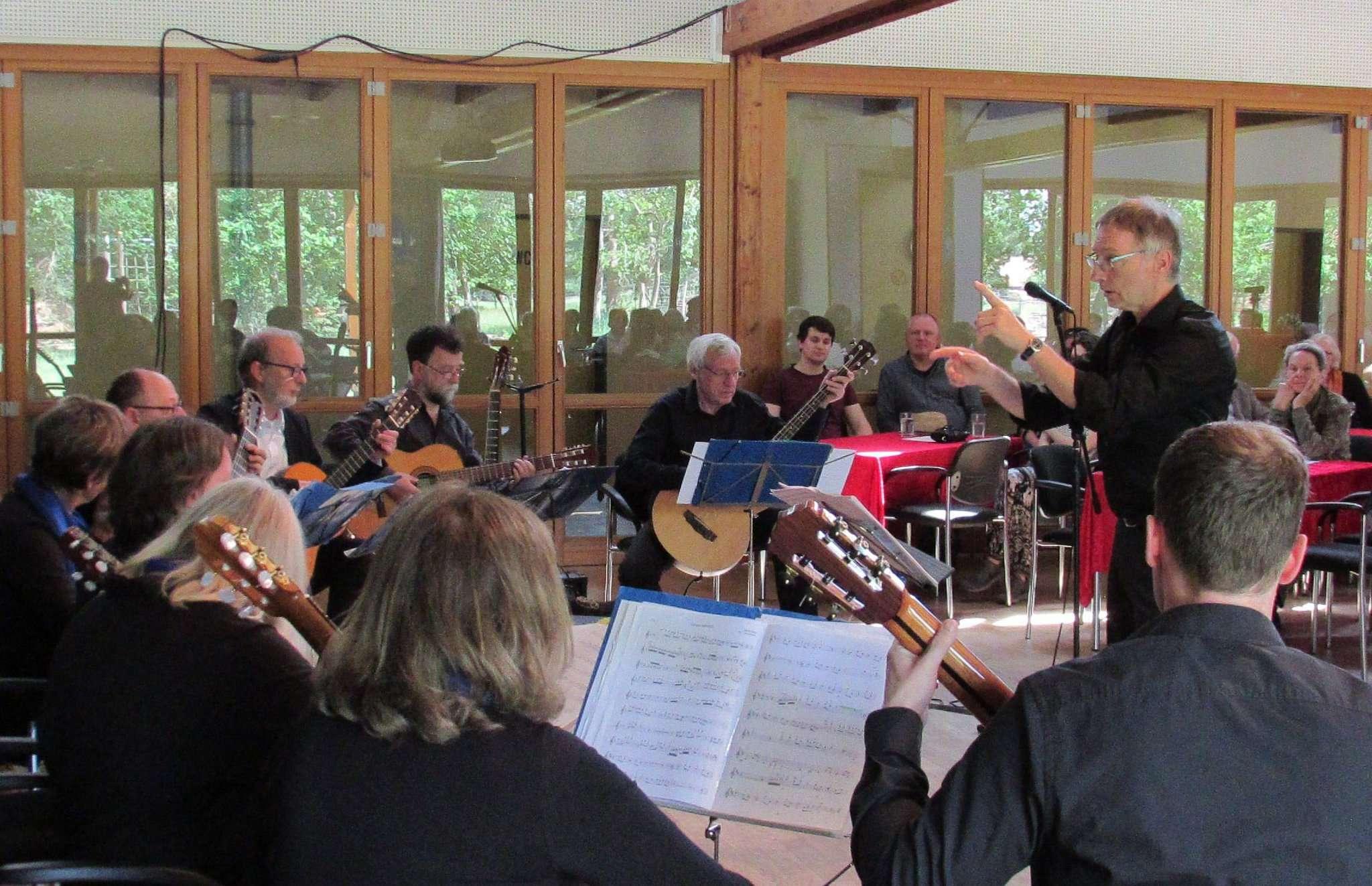 Torsten Ratzkowski und das Lübecker Gitarrenensemble begeisterten mit stimmungsvollen Stücken im Heimat- und Kulturhaus.