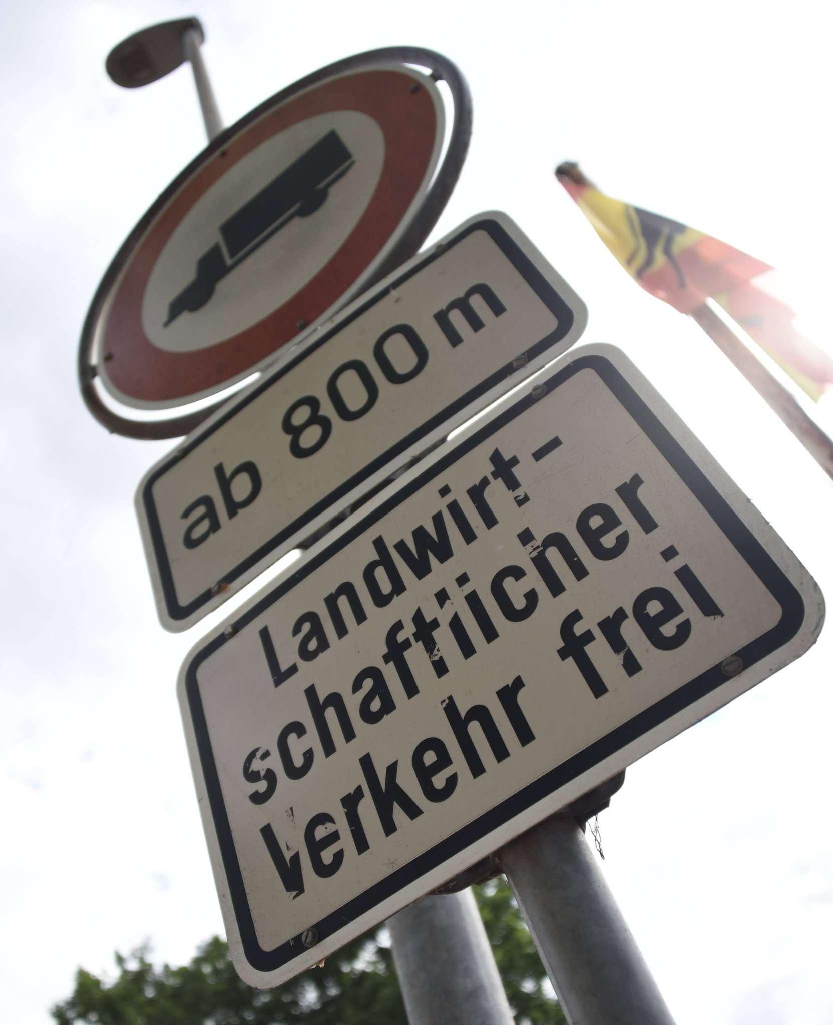 Neben dem schnellen Autoverkehr ist auch die Zahl der Laster, die in der Alten Dorfstraße unterwegs sind, ein Problem.