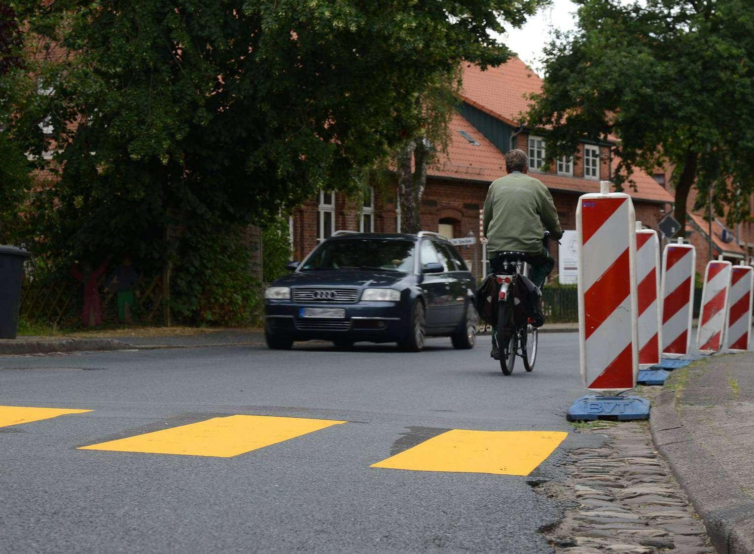 Die Hauptstraße bekommt eine neue Stromleitung. Aufgrund der Bauarbeiten gibt es dort nun vorübergehend einen Zebrastreifen.