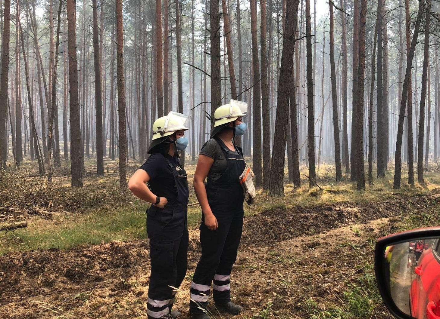 Einsatzkräfte der Kreisbereitschaft Süd im Waldgebiet bei Lübtheen: Zwei Tage lang kämpfen Feuerwehrleute aus zahlreichen Wehren des Landkreises in Mecklenburg-Vorpommern gegen die Flammen. Fotos: Feuerwehren