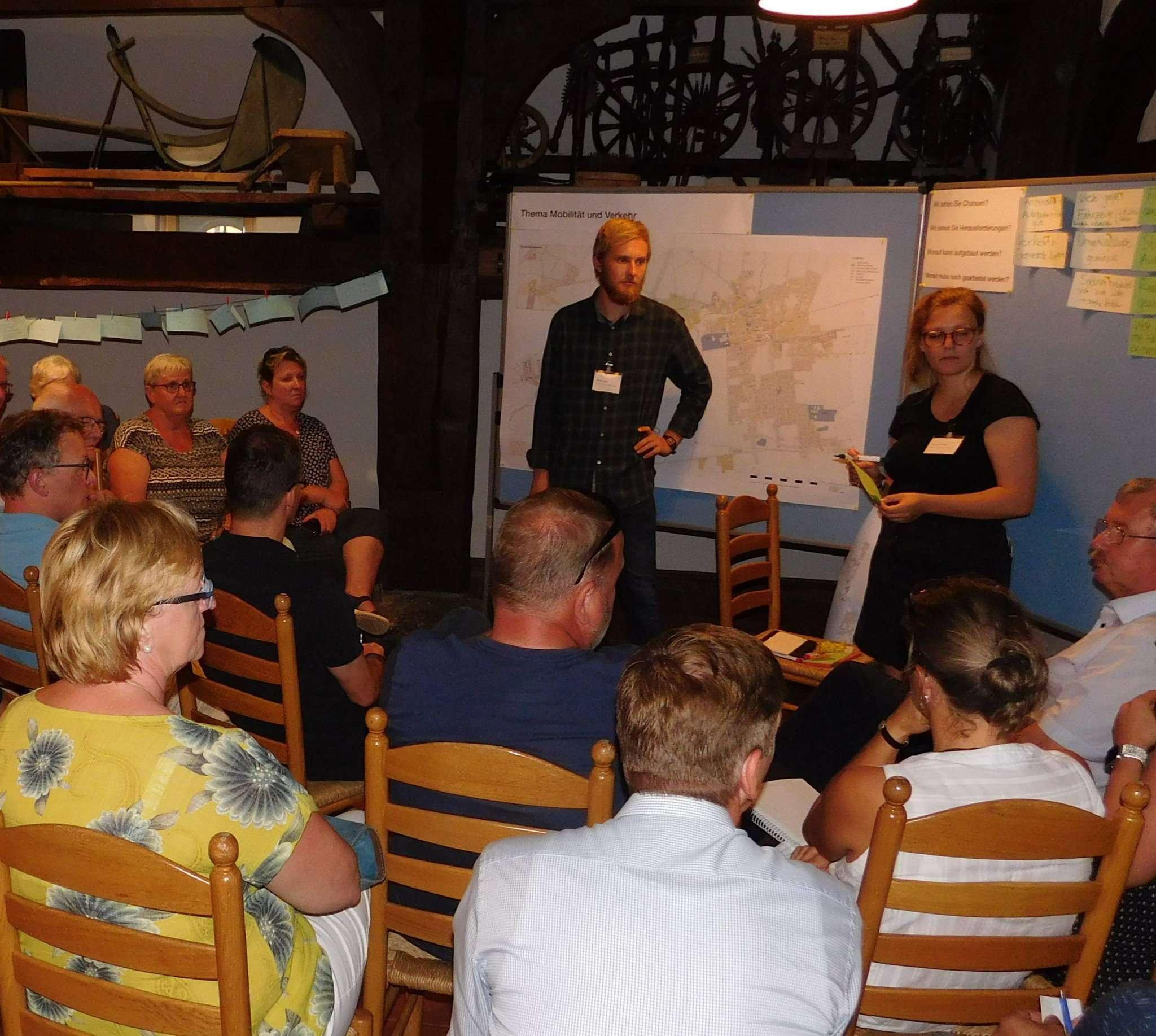 Ob in großen oder in kleineren Gruppen, die Teilnehmer der Planungswerkstatt diskutierten.