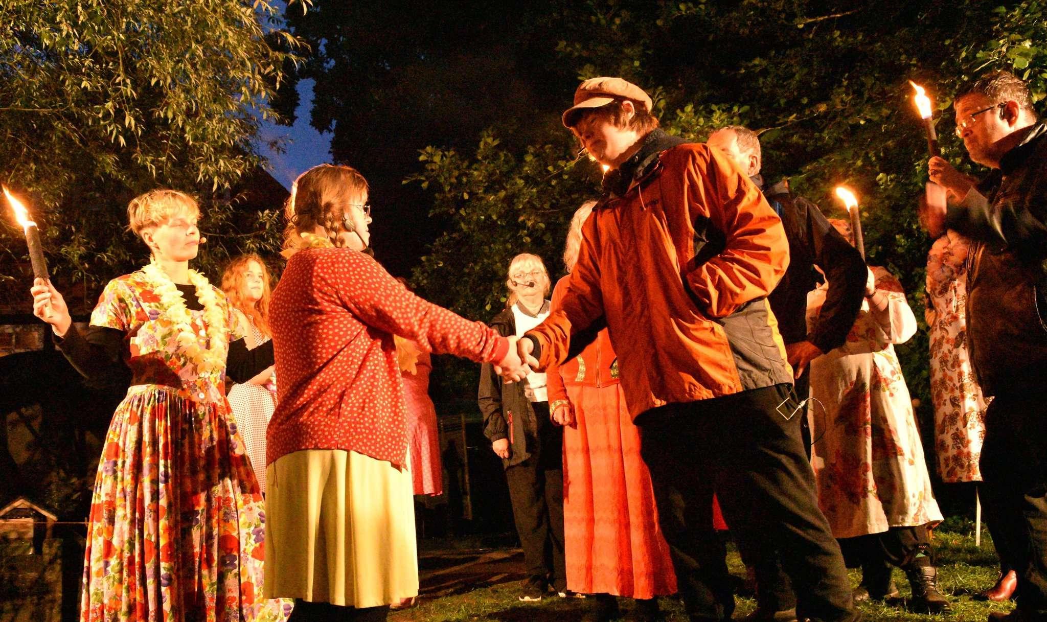 In der Osternacht verspricht Krabat (Jussi Deinas, vorne rechts) Kantorka (Rena Huthmann, vorne rechts) ein Wiedersehen in der Silvesternacht - eine Verabredung mit Folgen.