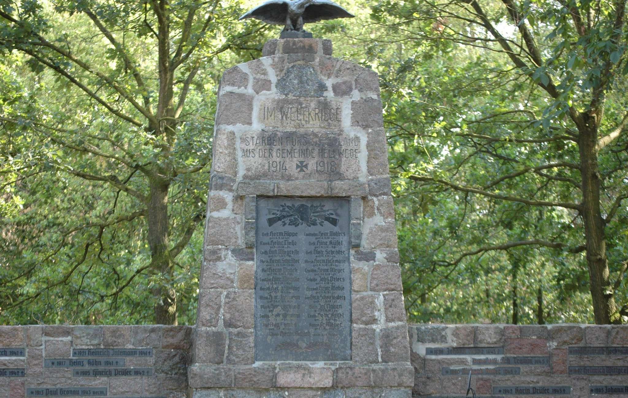 Das Mahnmal in Hellwege: Auf dem rechten Mauerwerk findet sich der Name von Karin Prüser, die während der Kampfhandlungen um das Dorf an der Wümme starb. Fotos: Jens Lou00ebs