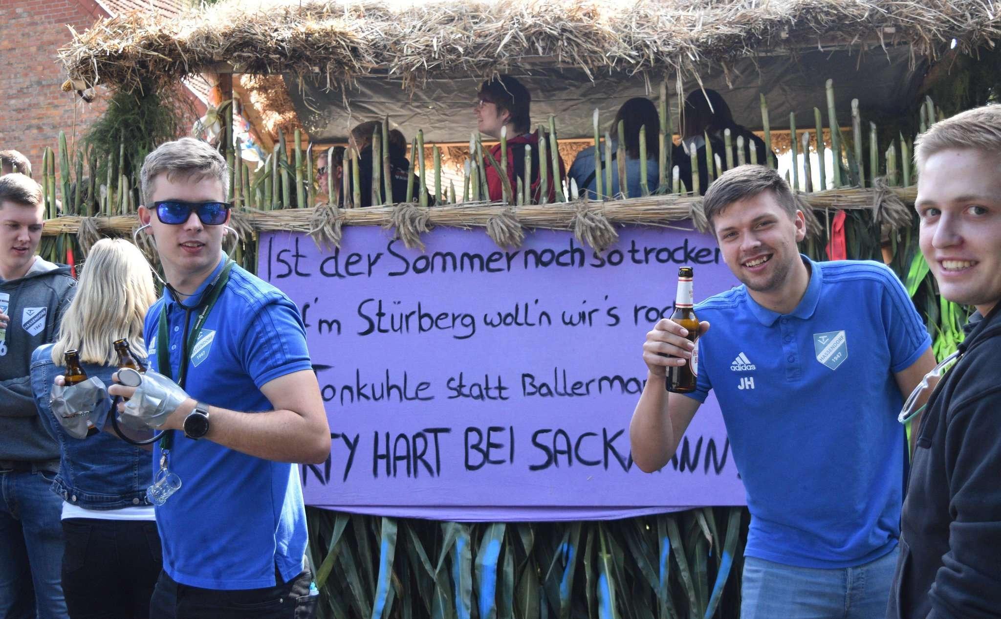 Die inoffizielle Tageslosung des Hassendorfer Erntefests war auf einem Wagen zu lesen: Ist der Sommer noch so trocken, aufu2019m Stürberg wollu2019n wiru2019s rocken. Tonkuhle statt Ballermann, Party hart bei Sackmann.