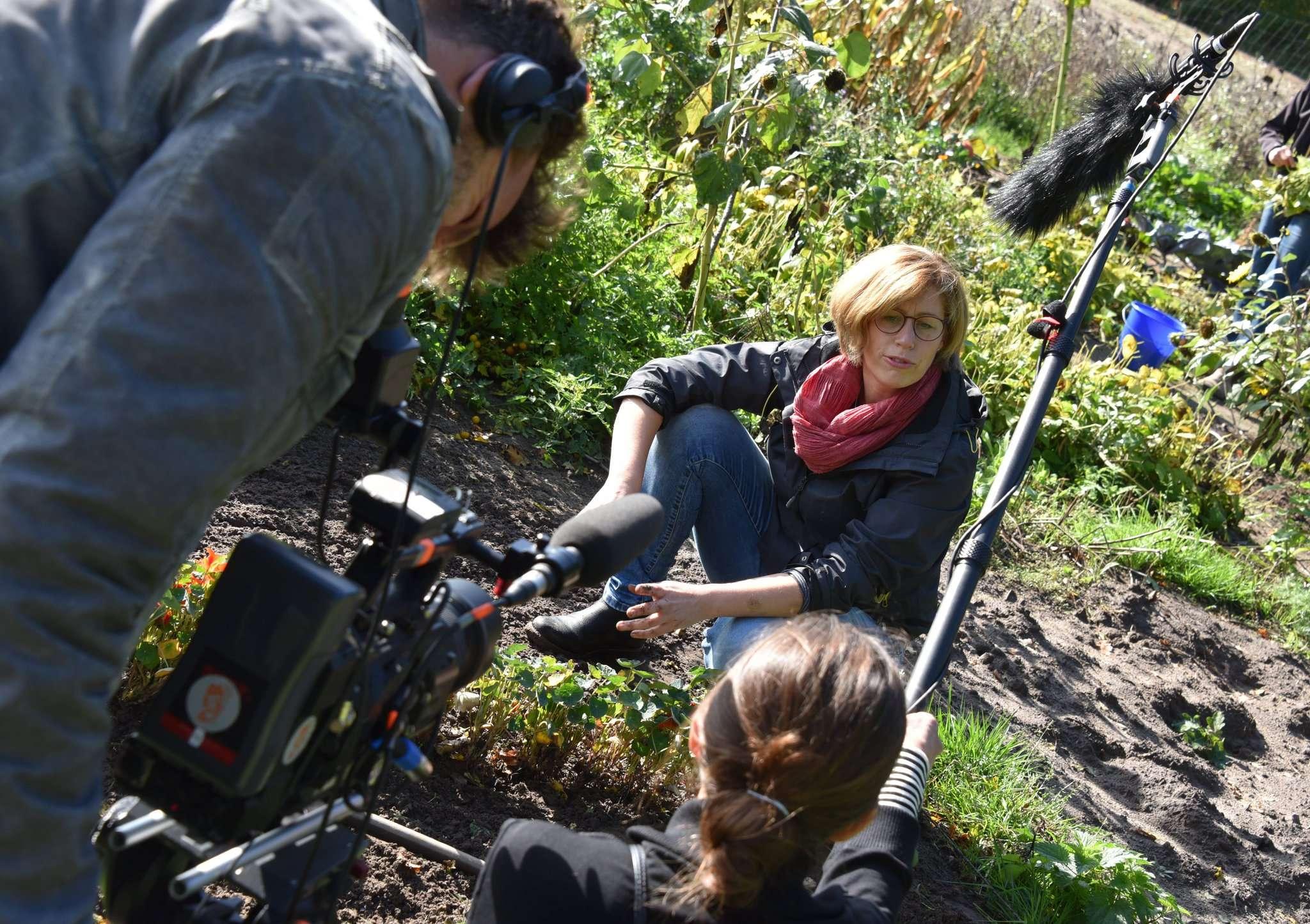 Gärtnern vor der Kamera: Inga Hoops steht dem Medien-Team an der Kapuzinerkresse Rede und Antwort zum Erlebnis Saisongarten.