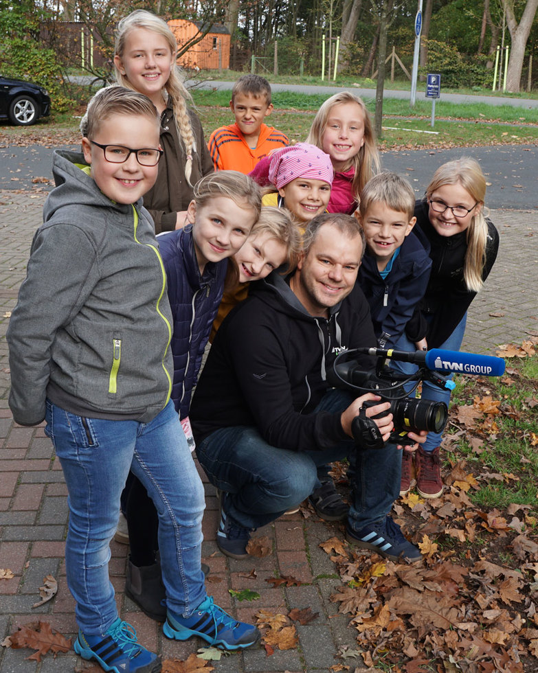 Kameramann Volker lässt sich bei der Arbeit von den AG-Schülern über die Schulter schauen.