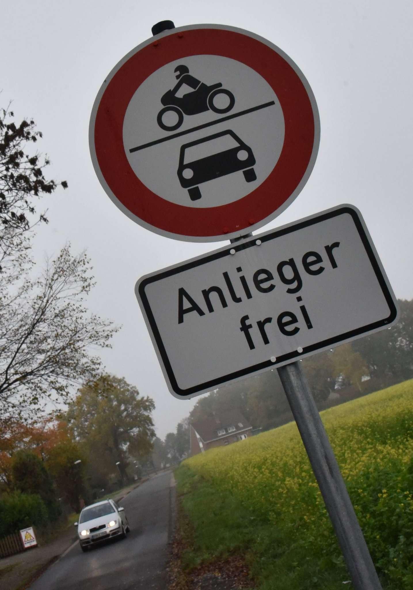 In der Feldstraße dürfen nur noch Anlieger motorisiert unterwegs sein. Das klappt derzeit nur mittelmäßig.