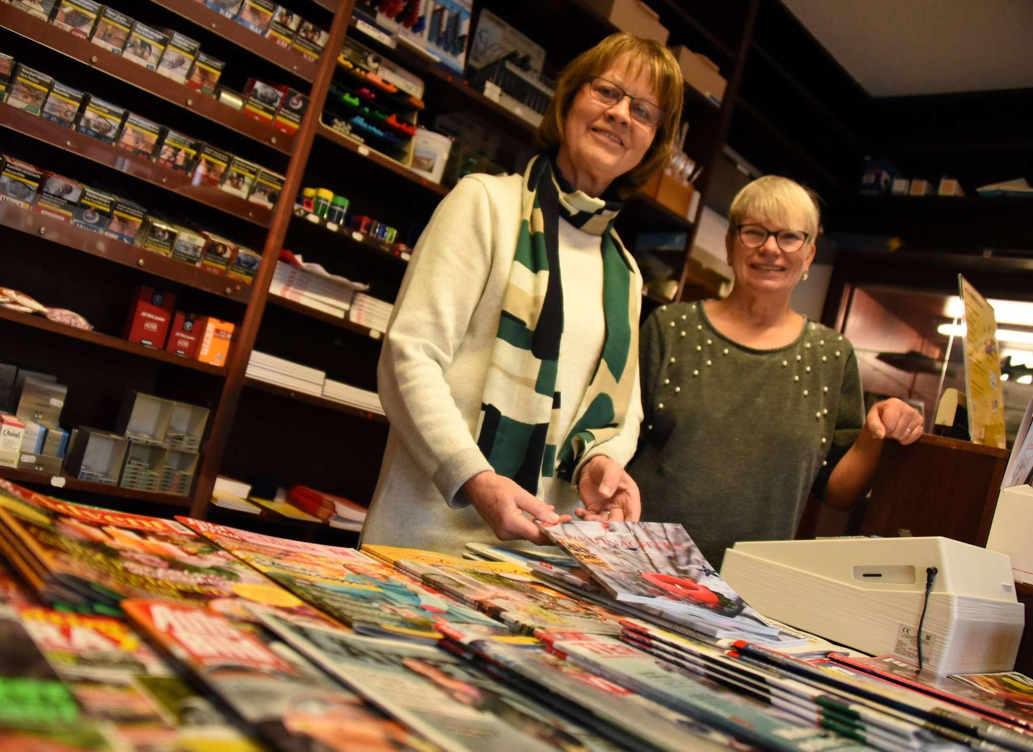 Sigrid Hoops (links) und Doris Otto sind seit rund 25 Jahren die guten Geister der Buchhandlung + Touristik (BUT) Wilkens. Am 31. Dezember ist das vorbei.